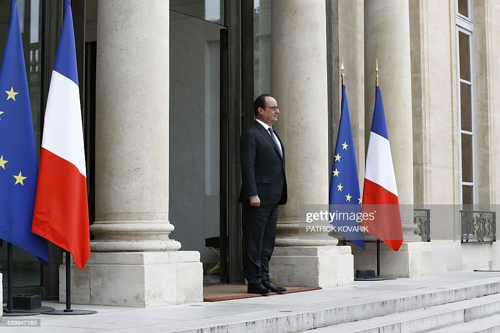 French President François Hollande stands at the Elysee Palace in Paris on May 24, 2016. / AFP / PATRICK
