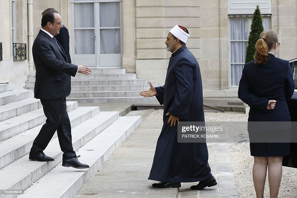French President François Hollande (L) welcomes Egyptian Grand Imam of al-Azhar Mosque, Sheikh Ahmed Mohamed al-Tayeb, on May 24, 2016 at the Elysee Palace in Paris. / AFP / PATRICK