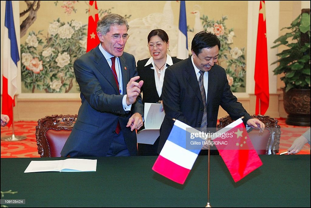 French President <a gi-track='captionPersonalityLinkClicked' href=/galleries/search?phrase=Jacques+Chirac&family=editorial&specificpeople=165237 ng-click='$event.stopPropagation()'>Jacques Chirac</a> On A State Visit To China: Contracts Signing Ceremony Between French And Chinese Ceo On October 9, 2004 In Pekin, China. <a gi-track='captionPersonalityLinkClicked' href=/galleries/search?phrase=Gerard+Mestrallet&family=editorial&specificpeople=585719 ng-click='$event.stopPropagation()'>Gerard Mestrallet</a>, Ceo Suez
