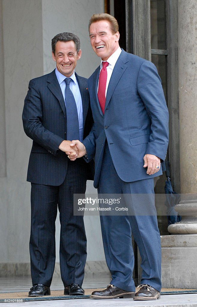¿Cuánto mide Nicolas Sarkozy? - Real height French-president-nicolas-sarkozy-greets-california-governor-arnold-picture-id542401856