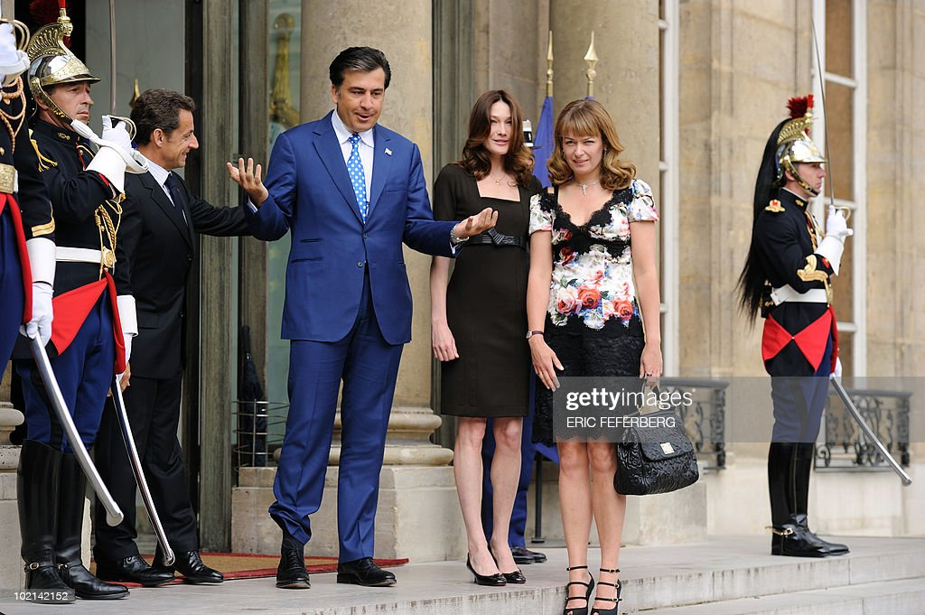 French President Nicolas Sarkozy (L), next to his wife Carla Bruni-Sarkozy (2ndR), welcomes his Georgian countepart Mikheil Saakashvili (2ndL) and his wife Sandra Elisabed Roelofs (R) on June 8, 2010 at the Elysee Palace in Paris. Saakashvili is on a three-day official visit in Paris.