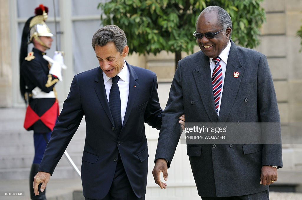 French President Nicolas Sarkozy (L) welcomes Namibian President Hifikepunye Lucas Pohamba prior to a meeting at the Elysee Palace in Paris on May 28, 2010.