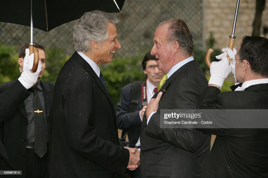 French Prime Minister (L) Dominique de Villepin welcomes HRH Juan Carlos of Spain at Matignon for a meeting during his state visit.