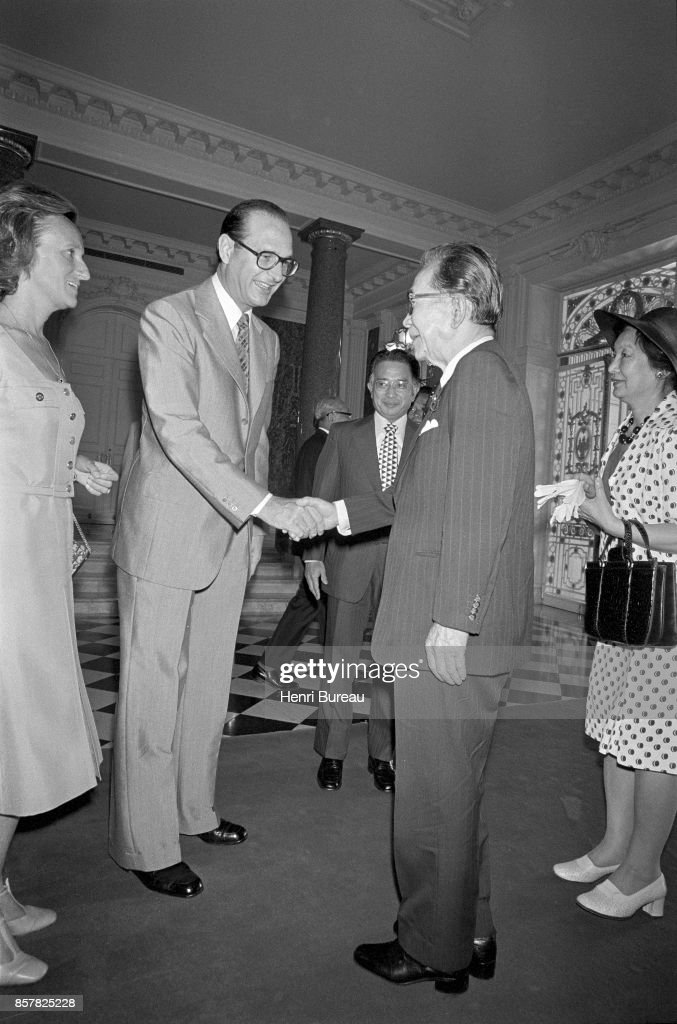 French Prime Minister Jacques Chirac, his wife Bernadette, saluting the Japanese Prime minister Takeo Miki and his wife in Tokyo, 1st August 1976