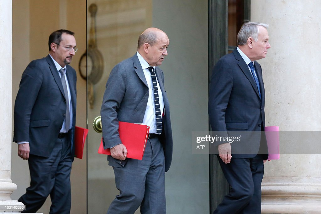 French Prime Minister Jean-Marc Ayrault (R), his chief of staff Christophe Chantepy (L) and French Defence Minister Jean-Yves Le Drian (C) leave the Elysee presidential palace after attending a restrained defence meeting focused on the situation in Mali, on March 5, 2013 in Paris.