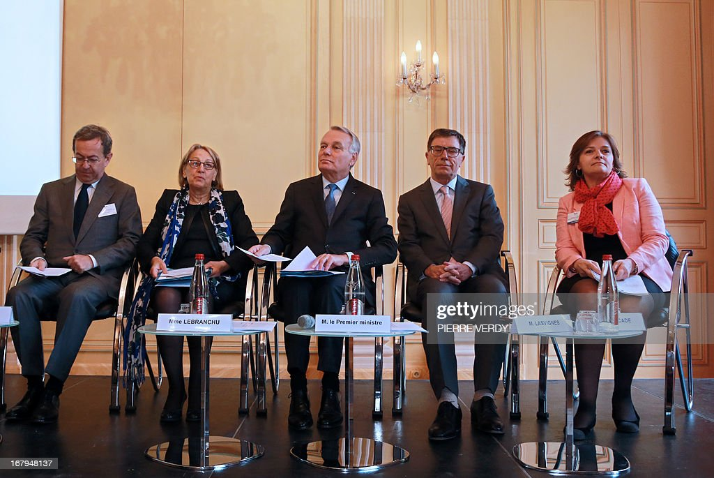 French Prime Minister Jean-Marc Ayrault (C) is flanked by (LtoR) Francois Payelle, President of the Federation of Property Developers, Marylise Lebranchu, Minister of State Reform, decentralisation and public function, Serge Lasvignes, Governement general secretary and Sabine Fourcade, general director of Social cohesion during a work seminar with administrative officials of the ministries at the Maison de l'Amérique Latine (Latin American House) on May 3, 2013 in Paris. AFP PHOTO/PIERRE VERDY