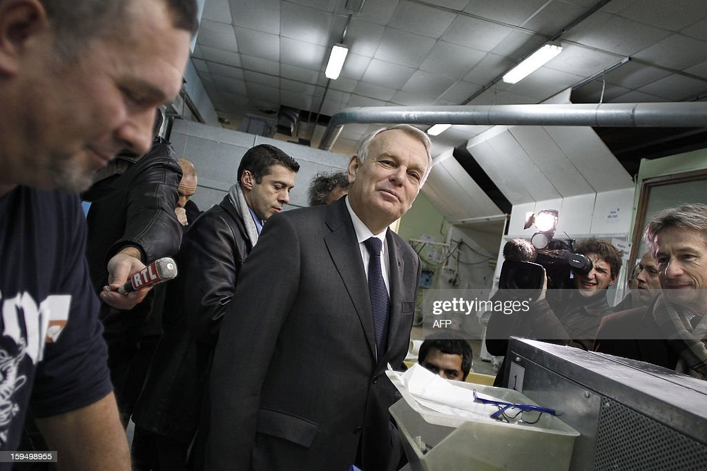 French Prime Minister Jean-Marc Ayrault (C) visits a center for adult learning (Afpa - formation pour adultes), on January 14, 2013 in Caen, Normandy. AFP PHOTO / CHARLY TRIBALLEAU