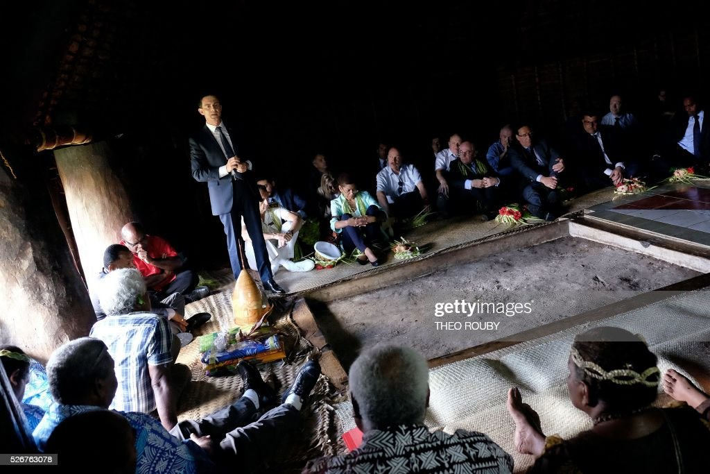 French Prime Minister Manuel Valls (L) addresses a meeting with Hnatalo traditional leaders on the island of Lifou in New Caledonia on May 1, 2016. / AFP / Th��o Rouby