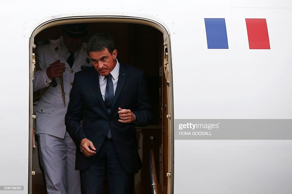 French Prime Minister Manuel Valls alights from his aircraft as he arrives in Auckland on May 1, 2016. Valls arrived in New Zealand May 1 after visiting the French Pacific territory of New Caledonia, with officials in his delegation confirming that he will detour to Australia on May 2. / AFP / Fiona Goodall