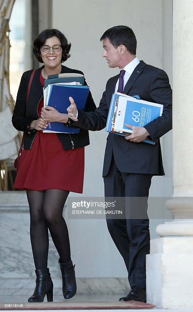 French Prime minister Manuel Valls (R) and French Labour minister Myriam El Khomri (C) leave the Elysee presidential Palace after the weekly cabinet meeting in Paris on May 4, 2016 .