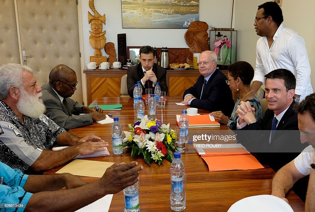 French Prime Minister Manuel Valls (R) and French Minister for Overseas Territories George Pau-Langevin (2nd R) meet with elected officials on April 30, 2016 in Kone, as part of their visit to the French Pacific territory of New Caledonia. / AFP / Th��o Rouby