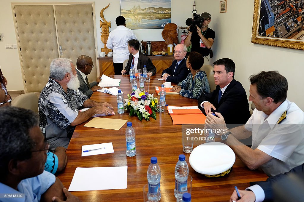 French Prime Minister Manuel Valls (2nd R) and French Minister for Overseas Territories George Pau-Langevin (3rd R) meet with elected officials on April 30, 2016 in Kone, as part of their visit to the French Pacific territory of New Caledonia. / AFP / Th��o Rouby