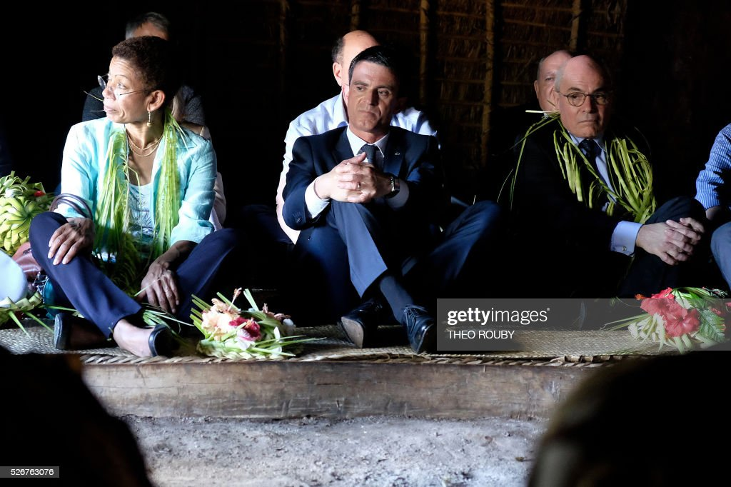 French Prime Minister Manuel Valls (C) and French Overseas Minister George Pau-Langevin (L) attend a meeting with Hnatalo traditional leaders on the island of Lifou in New Caledonia on May 1, 2016. / AFP / Th��o Rouby