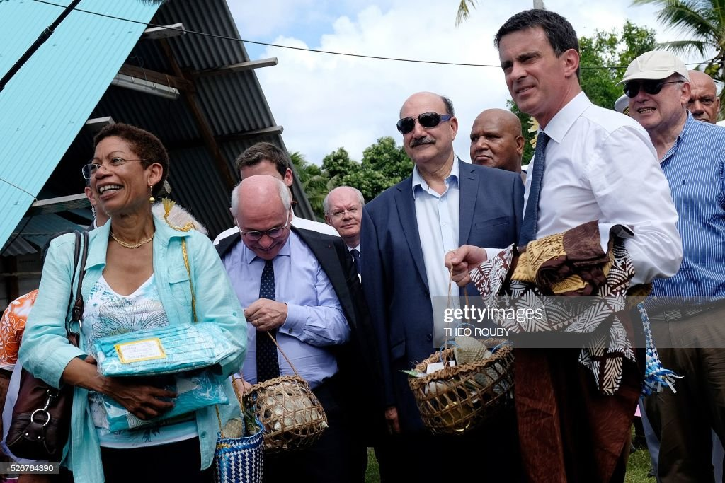 French Prime Minister Manuel Valls (R) and French Overseas Minister George Pau-Langevin (L) visit the Easo touristic area on the island of Lifou in New Caledonia on May 1, 2016. / AFP / Th��o Rouby