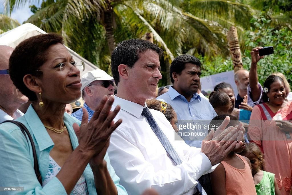 French Prime Minister Manuel Valls (C) and French Overseas Minister George Pau-Langevin (L) visit the Easo touristic area on the island of Lifou in New Caledonia on May 1, 2016. / AFP / Th��o Rouby