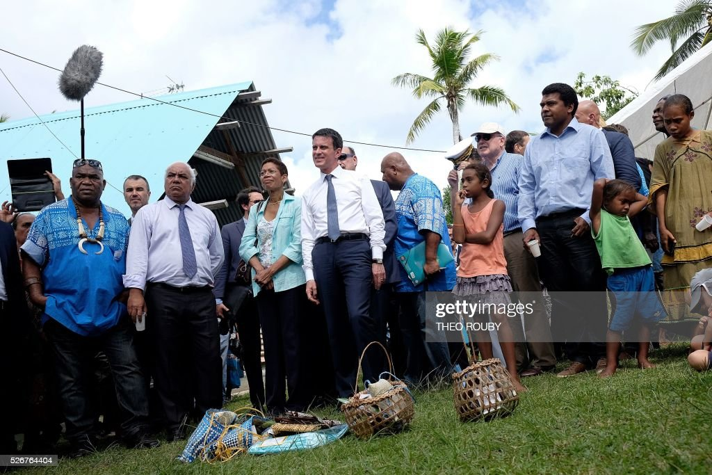 French Prime Minister Manuel Valls (C) and French Overseas Minister George Pau-Langevin (C-L) visit the Easo touristic area on the island of Lifou in New Caledonia on May 1, 2016. / AFP / Th��o Rouby