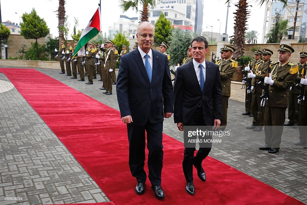 French Prime Minister Manuel Valls (R) and Palestinian prime minister Rami Hamdallah (L) arrive for a meeting in the West Bank city of Ramallah, on May 24, 2016. / AFP / ABBAS