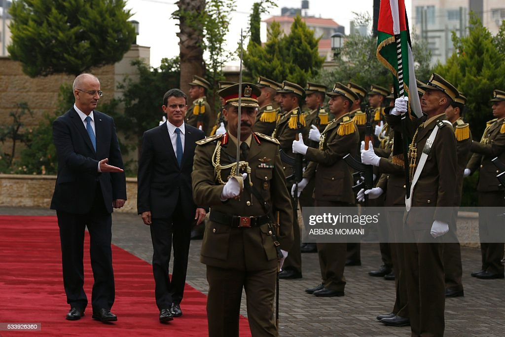 French Prime Minister Manuel Valls (2-L) and Palestinian prime minister Rami Hamdallah (L) arrive for a meeting in the West Bank city of Ramallah, on May 24, 2016. / AFP / ABBAS