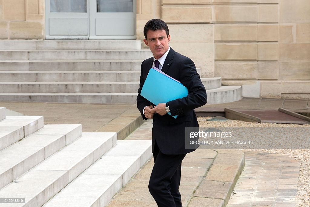 French Prime Minister Manuel Valls arrives at Elysee Palace on June 25, 2016 ahead of a meeting with French President and French leaders of political parties and movements after Britain voted to leave the European Union the day before. / AFP / GEOFFROY