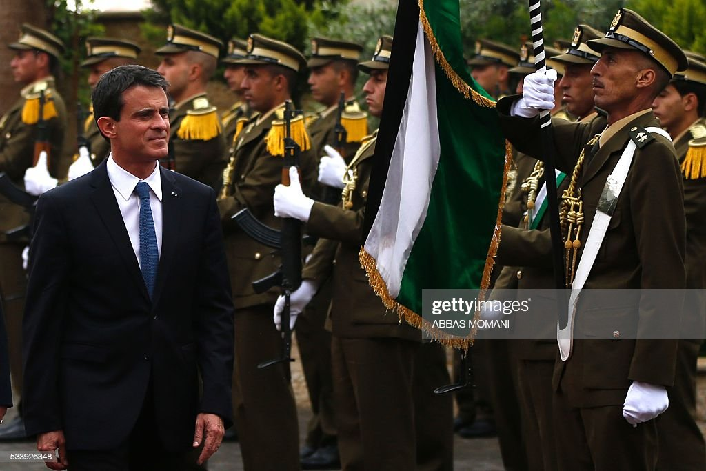French Prime Minister Manuel Valls (L) arrives for a meeting with Palestinian prime minister in the West Bank city of Ramallah, on May 24, 2016. / AFP / ABBAS