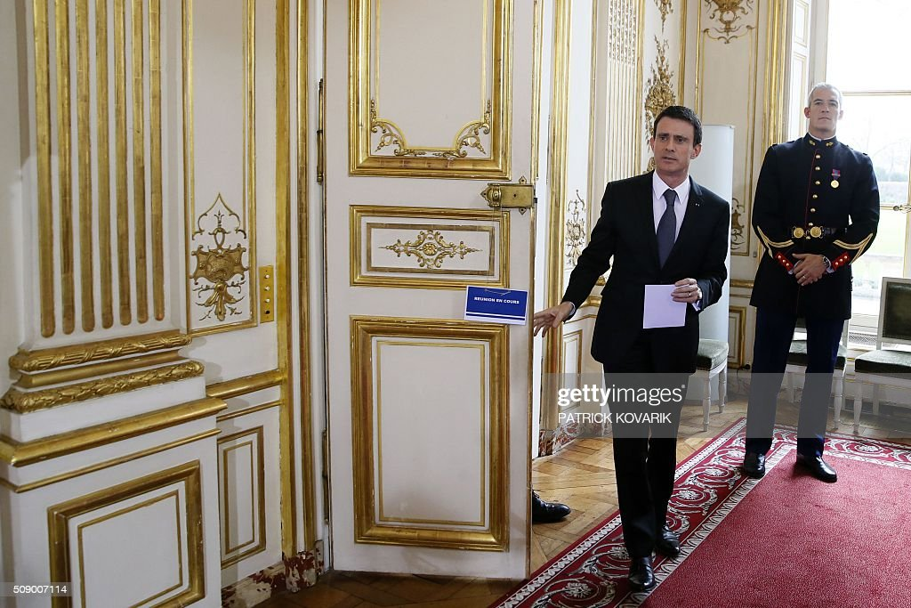 French Prime Minister Manuel Valls arrives to address a press conference following a meeting amid a crisis in France's agricultural sector in Paris on February 8, 2016. French farmers have carried out a string of demonstrations for nearly two weeks against the falling prices of their products, demanding structural measures to strengthen price rates. / AFP / PATRICK KOVARIK
