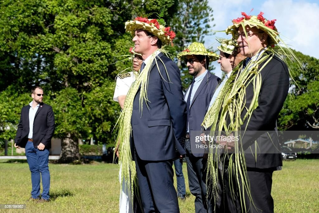 French Prime Minister Manuel Valls (L) attends a welcoming ceremony during a visit to the island of Lifou in New Caledonia on May 1, 2016. / AFP / Th��o Rouby