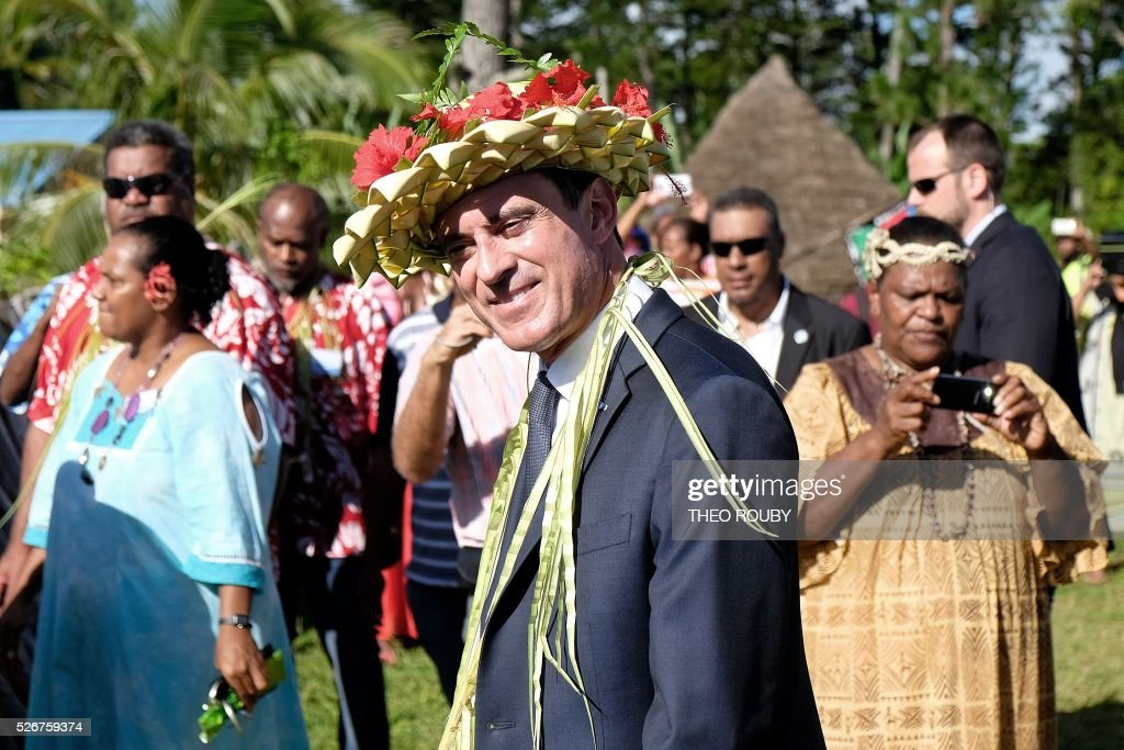 French Prime Minister Manuel Valls attends a welcoming ceremony during a visit to the island of Lifou in New Caledonia on May 1, 2016. / AFP / Th��o Rouby