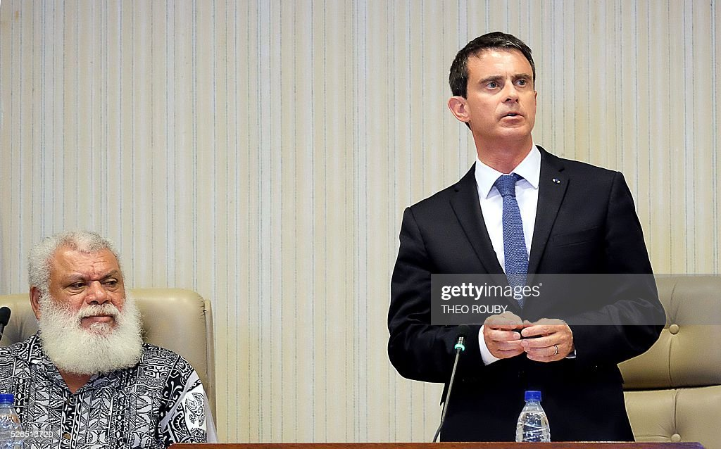 French Prime Minister Manuel Valls (R) delivers a speech to elected officials of New Caledonia's north province, flanked by the province's president Paul Neaoutyine, April 30, 2016 in Kone, as part of his visit to the French Pacific territory of New Caledonia. / AFP / Th��o Rouby