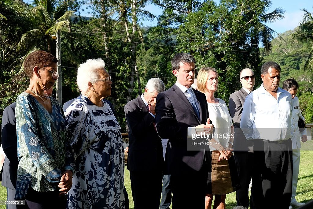 French Prime Minister Manuel Valls (C) delivers a speech to residents of Tiendanite, flanked by French Minister for Overseas Territories George Pau-Langevin (L), Marie-Claude Tjibaou (2nd L), widow of Kanak independentist leader Jean-Marie Tjibaou, Isabelle Lafleur (3rd R), daughter of French former deputy of New Caledonia Jacques Lafleur, and Mayor of Hienghene Daniel Gao (R), on April 30, 2016 in Tiendanite, near Hienghene, as part of his visit to the French Pacific territory of New Caledonia. / AFP / Th��o Rouby
