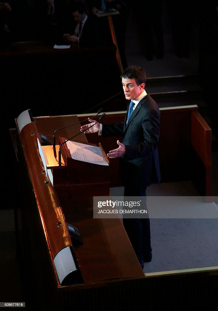 French Prime Minister Manuel Valls delivers the closing speech of the Health Conference organised by the government on February 11, 2016 in Paris. / AFP / JACQUES DEMARTHON