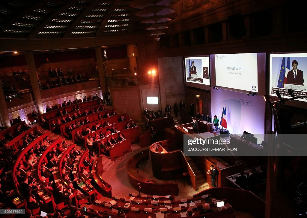French Prime Minister Manuel Valls (C-R) delivers the closing speech of the Health Conference organised by the government on February 11, 2016 in Paris. / AFP / JACQUES DEMARTHON
