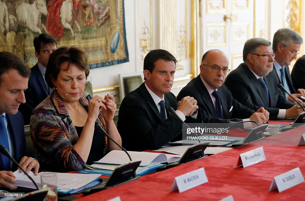 French Prime Minister Manuel Valls (3rd L), French Minister of Interior Bernard Cazeneuve (2nd R) and French junior minister for Transport, Maritime Economy and Fishery Alain Vidalies (R) attend a meeting with members of the French government and representatives of the oil sector at the Hotel Matignon on May 28, 2016 in Paris. In France petrol storages depots blocked by opponents to the project of labour law have been unblocked, except from the one in Gargenville said French Junior Minister for Transport. On the other side six out of eight refinery of the country are still at a standstill or tick over. / AFP / FRANCOIS