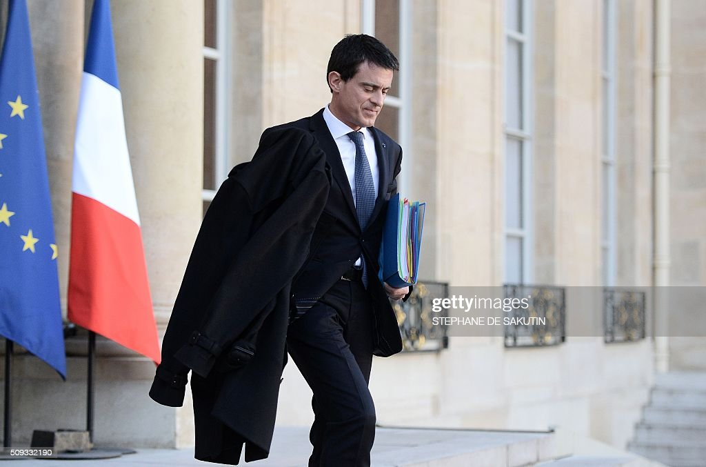 French Prime Minister Manuel Valls leaves the Elysee palace following the weekly cabinet meeting on February 10, 2016. AFP PHOTO / STEPHANE DE SAKUTIN / AFP / STEPHANE DE SAKUTIN