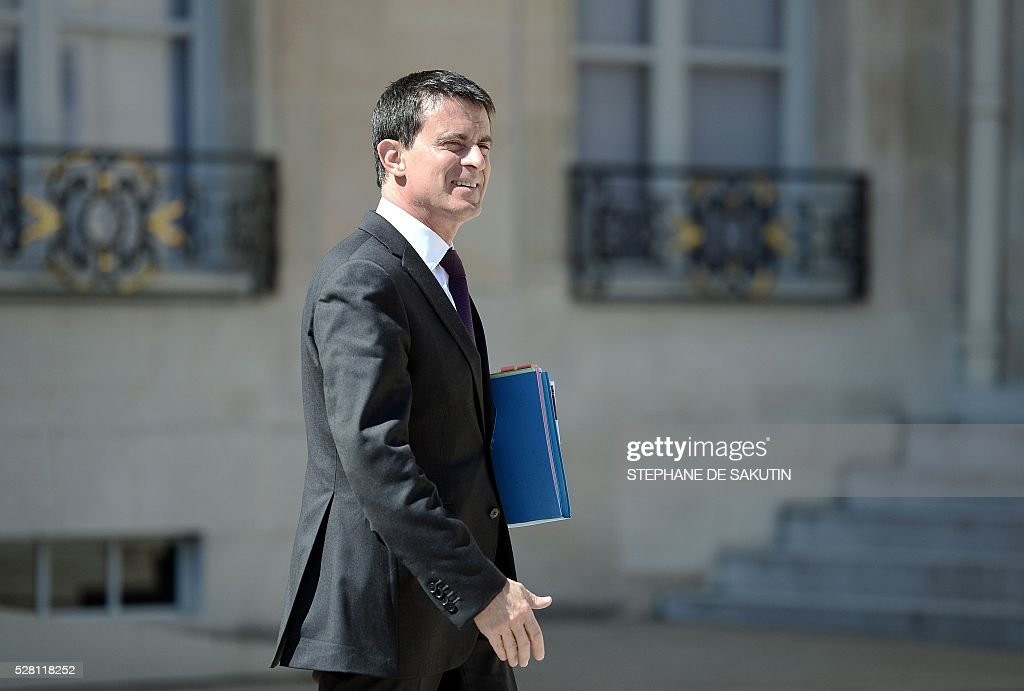 French Prime minister Manuel Valls leaves the Elysee presidential Palace after the weekly cabinet meeting in Paris on May 4, 2016 .