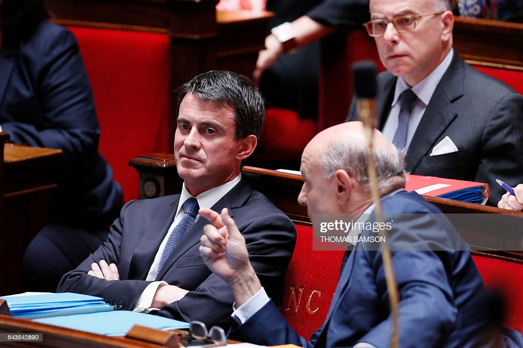 French Prime minister Manuel Valls (L) listens to French junior minister for Parliamentary Relations Jean-Marie Le Guen (R) as French Interior minister Bernard Cazeneuve looks on during the questions to the government session on June 29, 2016 at the French National Asssembly in Paris. / AFP / Thomas SAMSON