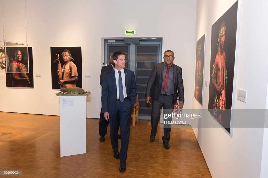 French Prime Minister Manuel Valls (L) looks at an exhibit with Emmanuel Tjibaou (R), son of Kanak independentist leader Jean-Marie Tjibaou, during a visit to the Tjibaou Cultural Centre in Noumea, the French Pacific territory of New Caledonia, on May 1, 2016. / AFP / Fred Payet