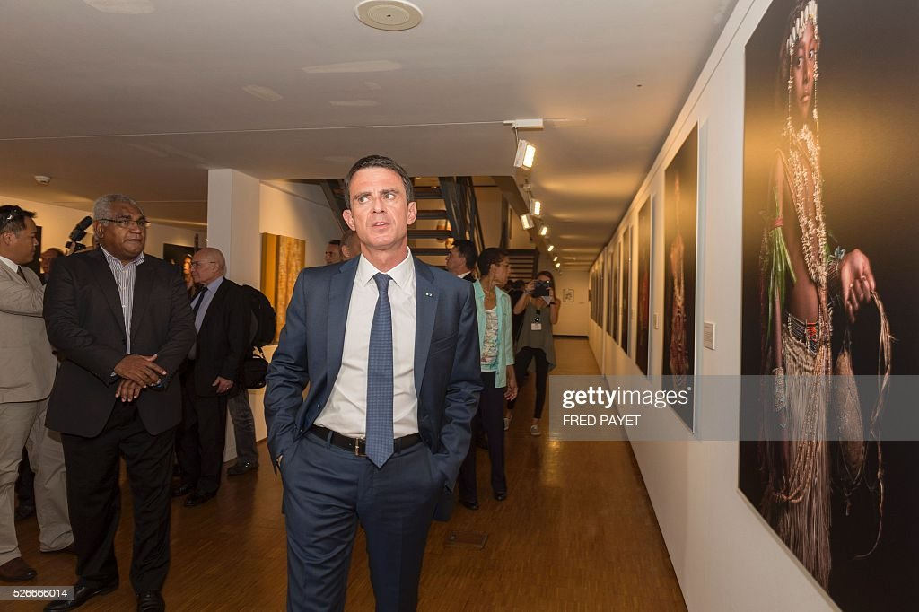 French Prime Minister Manuel Valls looks at exhibits during a visit to the Tjibaou Cultural Centre in Noumea, the French Pacific territory of New Caledonia, on May 1, 2016. / AFP / Fred Payet