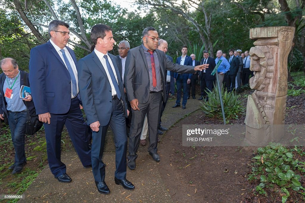 French Prime Minister Manuel Valls (C) looks on as he listens to Emmanuel Tjibaou (R), son of Kanak independentist leader Jean-Marie Tjibaou, while Philippe Germain, President of the Government of New Caledonia (L), looks on during a visit to the Tjibaou Cultural Centre in Noumea, the French Pacific territory of New Caledonia, on May 1, 2016. Photo prise le au Centre Culturel Tjibaou, �� Noum��a, Nouvelle Cal��donie, lors de la visite du 1er ministre Valls (C) et de Emanuel Tjibaou(D), fils de l'ind��pendantiste Jean-Marie Tjibaou, et de Philippe Germain pr��sident du gouvernement (G). Photo AFP/ Fred Payet / AFP / Fred Payet