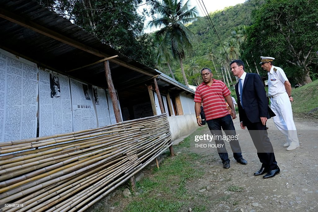 French Prime minister Manuel Valls (2ndR) meets members of the Tiendanite tribe, on April 30, 2016 in Tiendanite, as part of his visit to the French Pacific territory of New Caledonia. The Tiendanite tribe was the tribe of Jean-Marie Tjibaou, late leader of the Kanak independence movement and politician assassinated in 1989. / AFP / Th��o Rouby