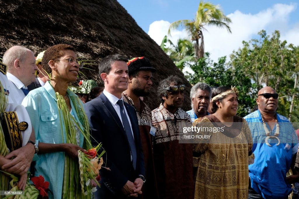 French Prime Minister Manuel Valls (C) meets with Hnatalo traditional leaders along with French Overseas Minister George Pau-Langevin (L) during a visit to the island of Lifou in New Caledonia on May 1, 2016. / AFP / Th��o Rouby