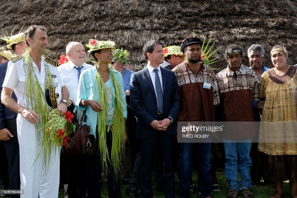 French Prime Minister Manuel Valls (C) meets with Hnatalo traditional leaders along with French Overseas Minister George Pau-Langevin (C-L) during a visit to the island of Lifou in New Caledonia on May 1, 2016. / AFP / Th��o Rouby
