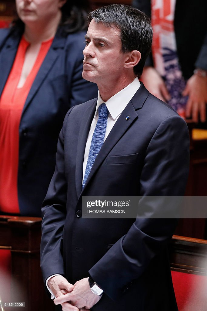 French Prime minister Manuel Valls observes a minute of silence for the victims of the attacks at Istanbul's Ataturk airport during the questions to the government session on June 29, 2016 at the French National Asssembly in Paris. / AFP / Thomas SAMSON
