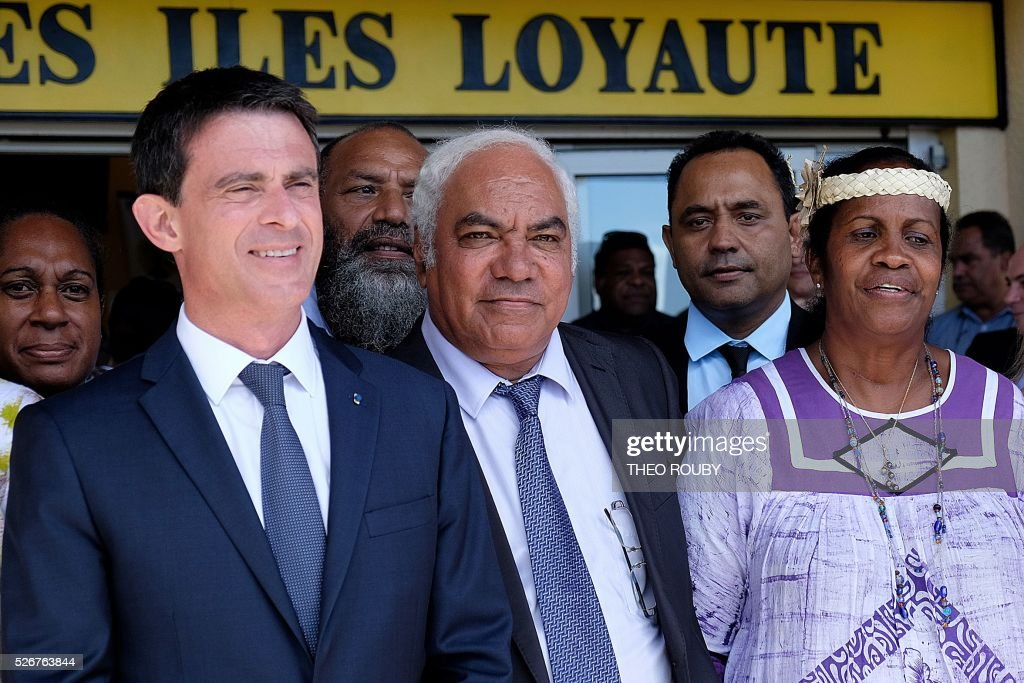 French Prime Minister Manuel Valls (L) poses with Loyalty Islands provincial president Neko Hnepeune (C) during a meeting Loyalty Islands officials on the island of Lifou in New Caledonia on May 1, 2016. / AFP / Th��o Rouby