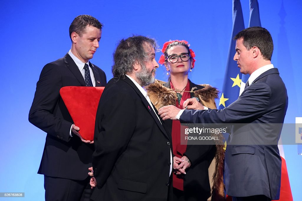 French Prime Minister Manuel Valls presents Peter Jackson (L) with a Ordre des Arts et des Lettres medal at a French community event at Auckland War Memorial Museum on May 1, 2016. / AFP / Fiona Goodall