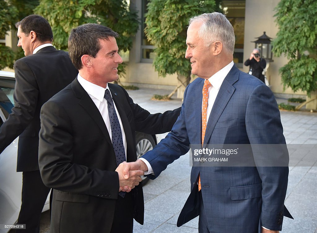 French Prime Minister Manuel Valls (L) shakes hands with Australian Prime Minister Malcolm Turnbull (R) at Parliament House, Canberra on May 2, 2016. / AFP / MARK