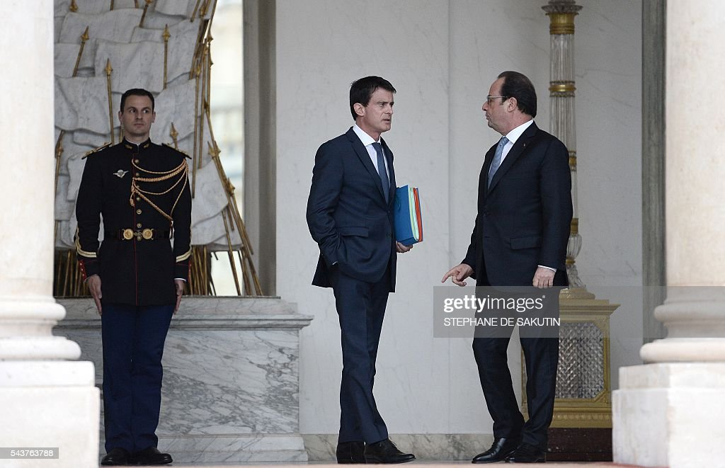 French Prime Minister Manuel Valls (L) speaks with French President Francois Hollande after a weekly cabinet meeting on June 30, 2016 at the Elysee presidential Palace in Paris. / AFP / STEPHANE