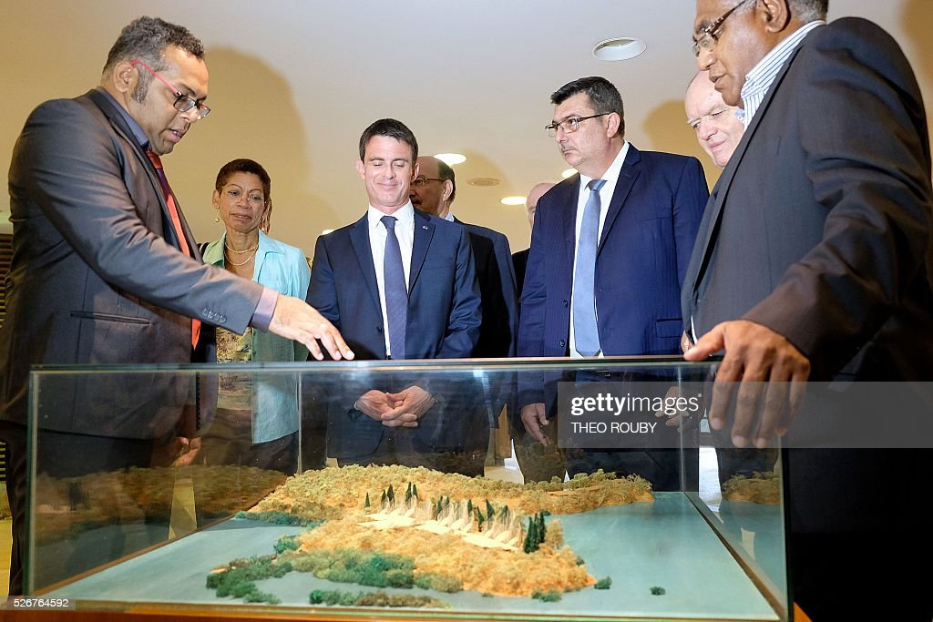 French Prime Minister Manuel Valls (C) tours the Tjibaou cultural centre along with the director of the centre Emmanuel Tjibaou (L), New Caledonian government president Philippe Germain (C-R) and French Overseas Minister George Pau-Langevin in Noumea on May 1, 2016. / AFP / Th��o Rouby