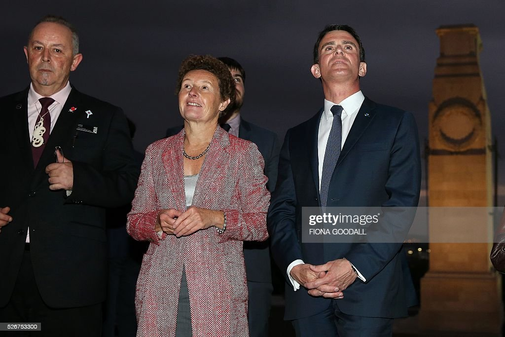 French Prime Minister Manuel Valls (R) visits Auckland War Memorial Museum with French Ambassador Florence Jeanblanc-Risler (C) and Auckland Museum protocol co-ordinator Lance Richmond (L), ahead of a French community event on May 1, 2016. / AFP / Fiona Goodall