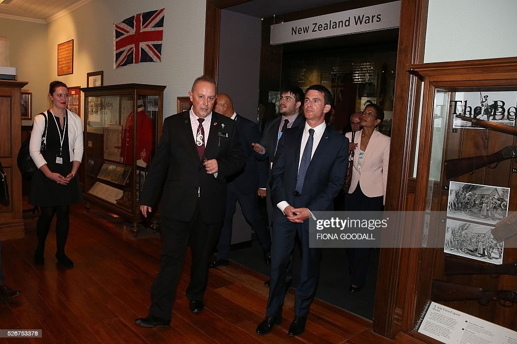 French Prime Minister Manuel Valls (R) visits Auckland War Memorial Museum with museum protocol co-ordinator Lance Richmond (L), ahead of a French community event on May 1, 2016. / AFP / Fiona Goodall