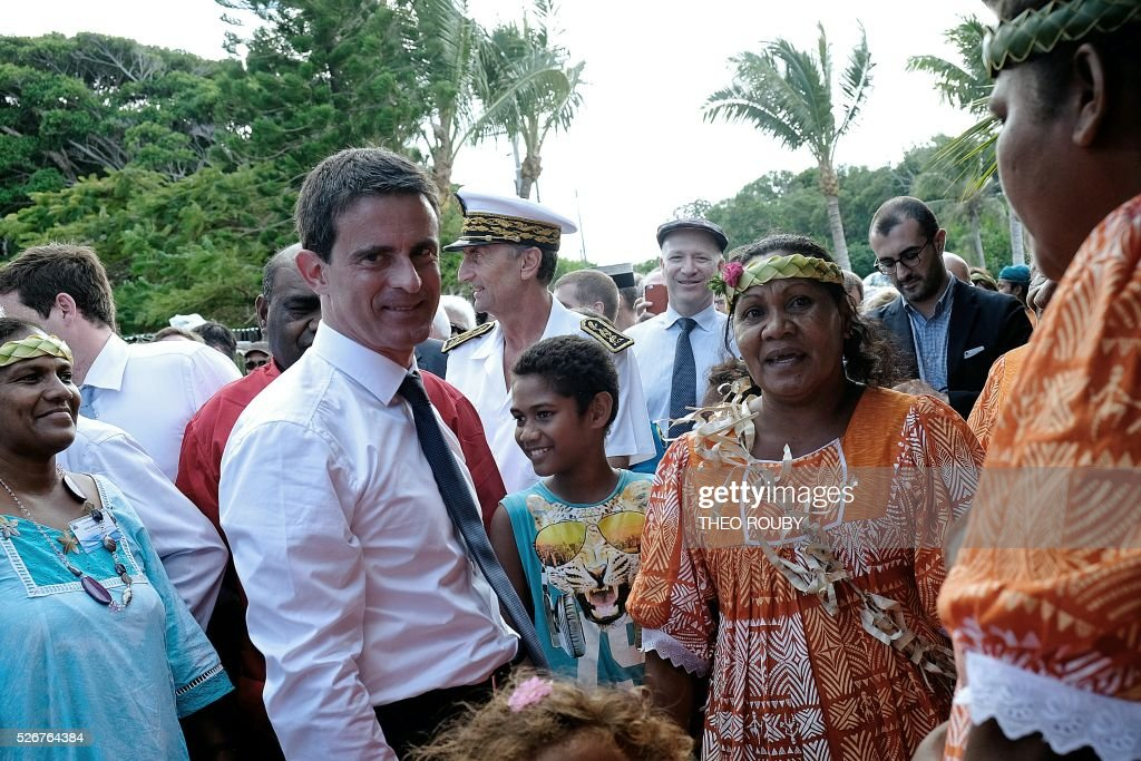 French Prime Minister Manuel Valls (C) visits the Easo touristic area on the island of Lifou in New Caledonia on May 1, 2016. / AFP / Th��o Rouby